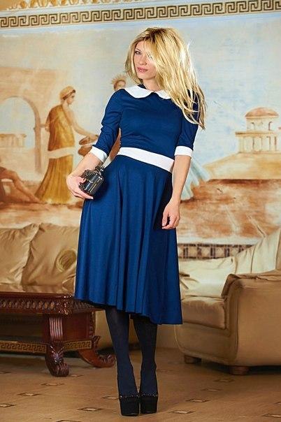Синее платье с красным воротником